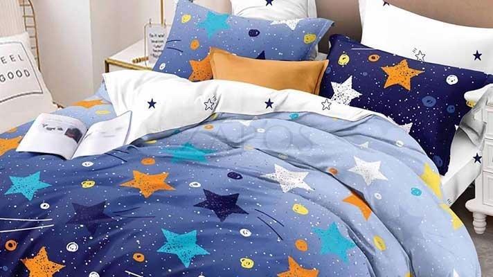 Lenjerie pat 2 persoane 60% BUMBAC - 4 piese - Albastru, model stele colorate si imprimeu interior alb