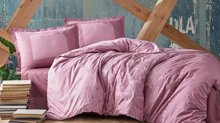 Lenjerie pat 2 persoane BUMBAC RANFORCE - 4 piese - Roz prafuit, model cu insertii brodate