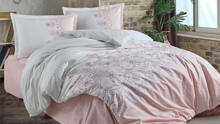 Lenjerie pat 2 persoane BUMBAC RANFORCE - 4 piese - Alb, model minimalist si margini roz pal cu buline