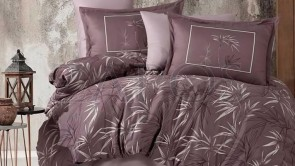 Lenjerie pat 2 persoane BUMBAC SATINAT - 4 piese - Maro, model frunze tropicale albe