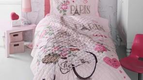 Cuvertura pat 1 persoana BUMBAC RANFORCE - 2 piese - Roz pal, model bicicleta cu cos de flori in Paris