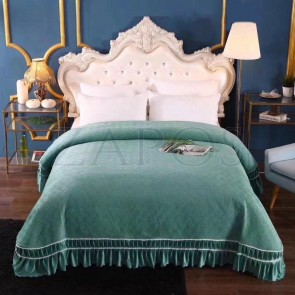 Cuvertura pat dublu CATIFEA PLUSATA - Verde, culoare uni cu volan in partea de jos